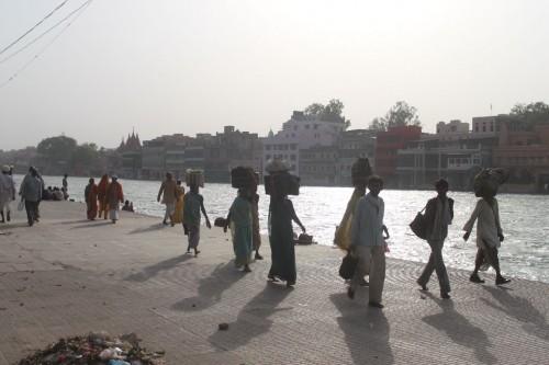 ガート沿いを歩く人々。頭の上の荷物にはガンガーの水を入れたポットが。