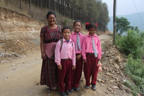 ピンクの制服が可愛い、と思いきや一番かわいいのは満面の笑みのお母さん。