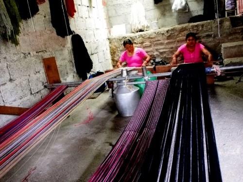 店の奥では機織り機で布を織っていた。一編み一編み結構大変そう。