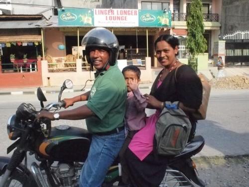 働く女性とその息子をバイクで送ってあげるキムさん