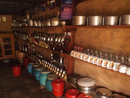 キッチンのシェルフ。同じ向きにキレイに並べてあった。こんなのネパール初かも。
