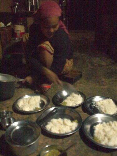 昼寝の後5時から地酒をあおりつつ夕食。ダルバート(インドのターリみたいの)。客は僕1人、一緒に調理したり山村の素の生活をぷち体験できた。