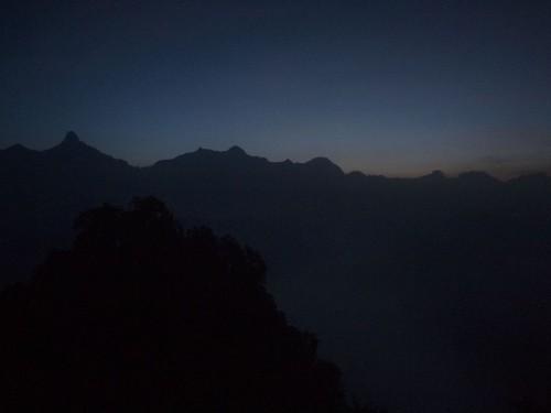 翌朝は3時半起床し満点の星空を堪能した後4時に出発して山頂へ。1時間弱で到着したがまだあたりは暗かった。
