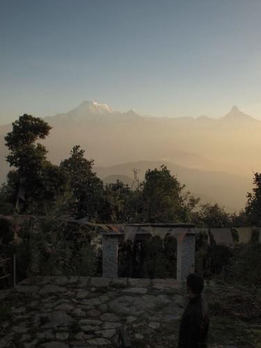 その後山頂付近の寺などを訪ねる。まだうっすらヒマラヤを臨める。