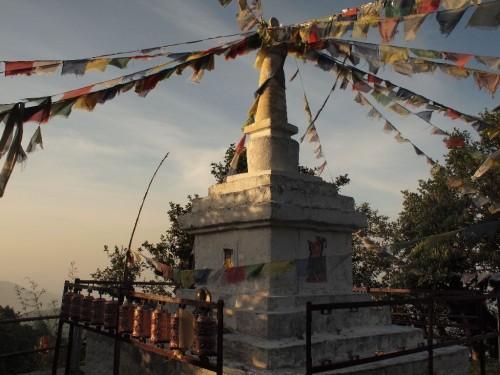 チベット仏教のストゥーパ。お約束のプレイングフラッグ(祈りの旗?)が好きです。