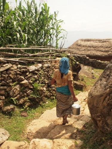 どこの村でも女性はよく働いている。色合いがすき。