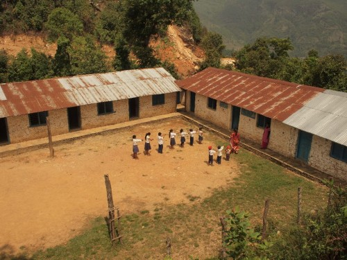 見かけた小学校。10人の生徒が校庭で前倣えをしていた。数年前は70人だった生徒が激減してしまった理由は山に道ができたからだそうだ。