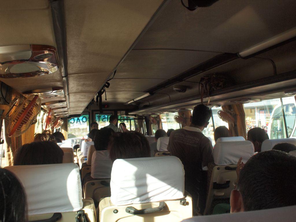 25日7:30 バスのチケットには席番号があったが何もなしのカオス状態。でもいいや。