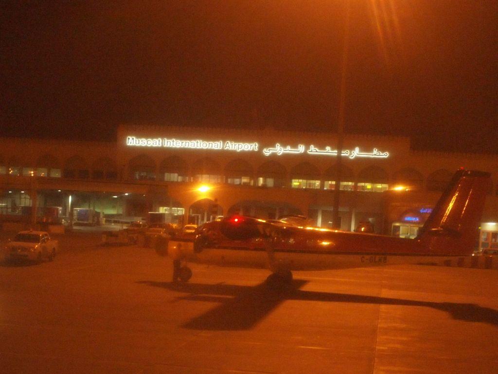 21:00 マスカット(オマーン)空港到着。アラビア文字にちょっとドキドキした。