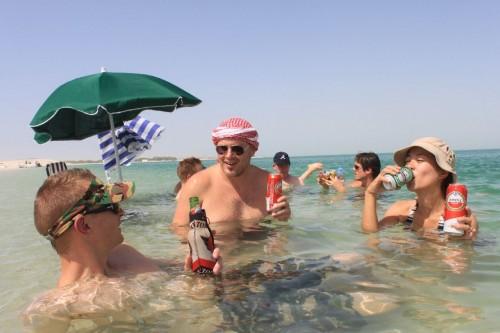 めっさウェスタンなビーチパーティ。てかデイルまじ似合う。