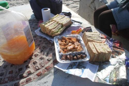 ま僕らはイケカフェよりも当然ピクニックですが。中央はペリペリ(人気調味料)チキンんまかった!
