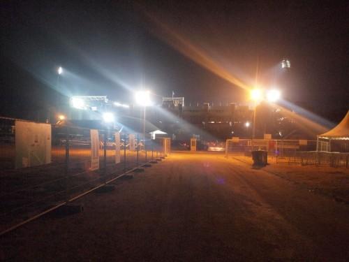 祭りの後のスタジアムへ到着