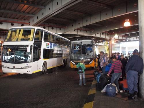 ヨハネスブルグでバス乗り換え。南アの長距離バス網は高いが(ケープタウンまで390ランド約4700円)かなり整備されている。