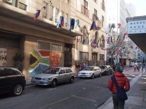 古い建物が多いので路地を歩いているだけで雰囲気があります。こちら皆に愛されてやまないマンデラさんの壁画