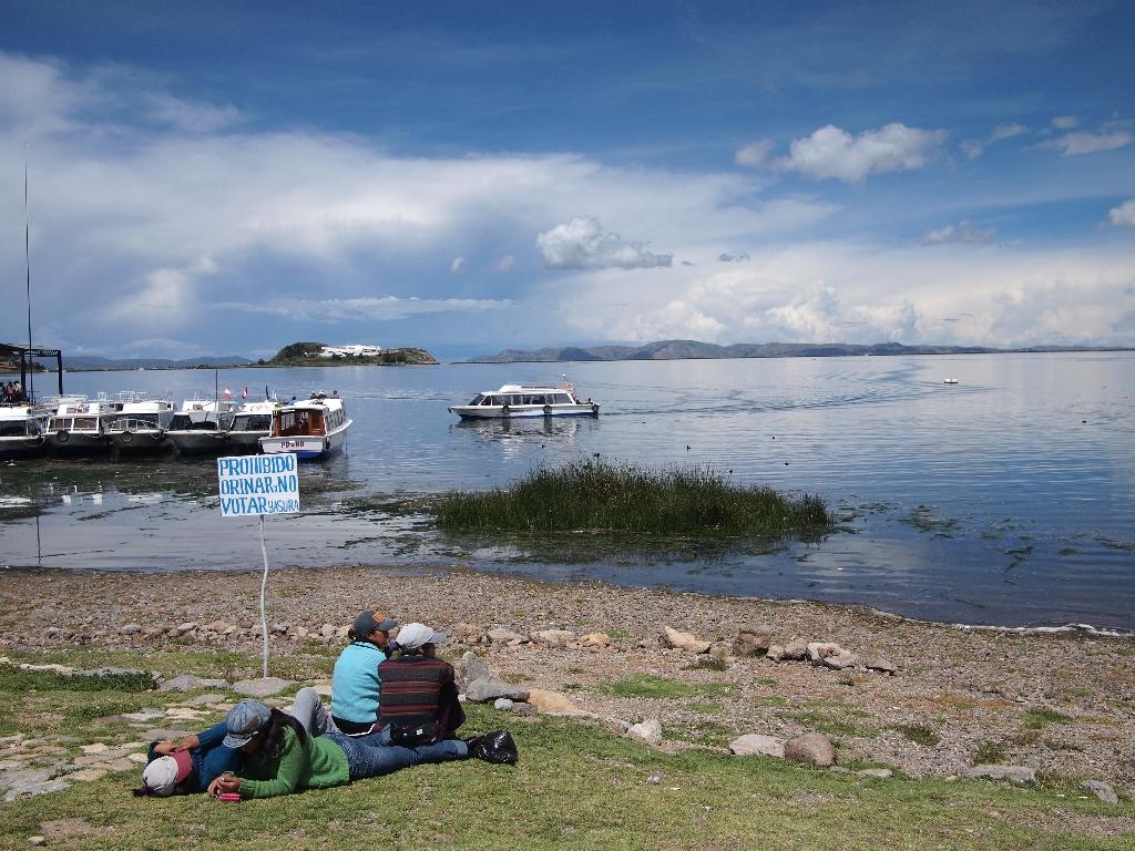 人口2400人。チチカカ湖、警察のいない島。