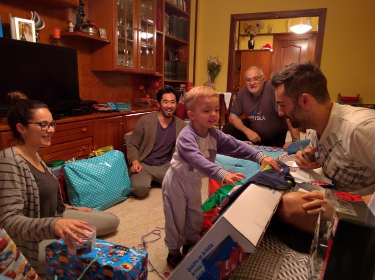 なんのお呼ばれかと言うと、東方三賢人の日というスペインでクリスマス以上の一番のめでたい日だったのだ。とにかく死ぬ程プレゼントを大人にも子どもにもあげあうという凄まじいカルチャーを目の当たりにした