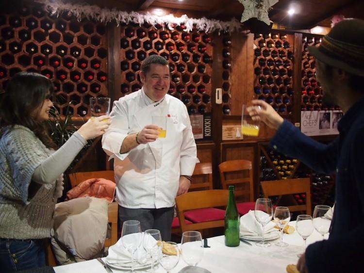 続いての出会いは、人気の炭火焼屋Aratzのシェフ。現地に住んで20年近いという「バスク美食倶楽部」の山口Juneさんに連れていってもらった。Juneさんは、高城剛さんの書籍への協力者で名前があったので2年前に来たときにいきなりお会いしたい!と突撃してからのご縁です感謝