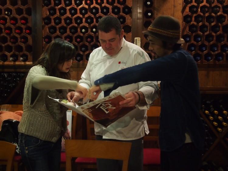 「食べる通信」に関心を持ってくれたシェフ。いろいろ質問してくれて、マグロ号を贈呈。生産者のストーリーとともに食べものを届けるという「食べる通信」のコンセプトは海外でもウケる。嬉しい。