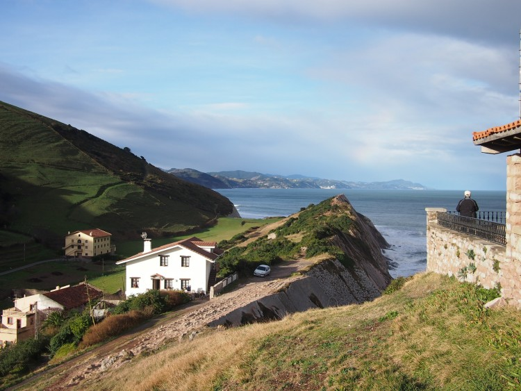 サンセバスチャンを出て30分も走るとこんな感じ。海岸沿いに点在する山と海と小さな町